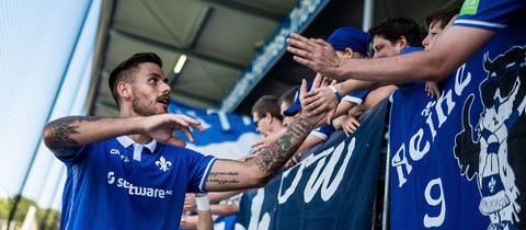Dario Dumic klatscht sich mit Fans ab.