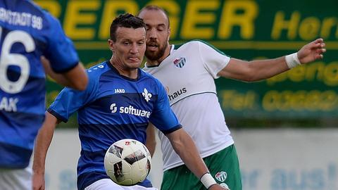 Artem Fedetsky behauptet den Ball gegen einen Gegenspieler