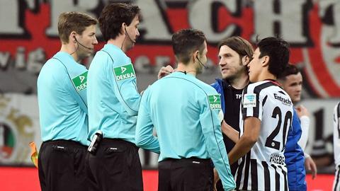 Schiedsrichter Gräfe beim Derby zwischen Eintracht und Darmstadt 98
