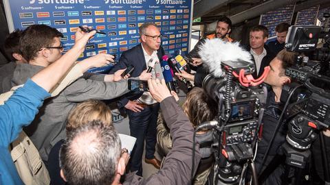 Lilien-Präsident Fritsch umzingelt von Journalisten