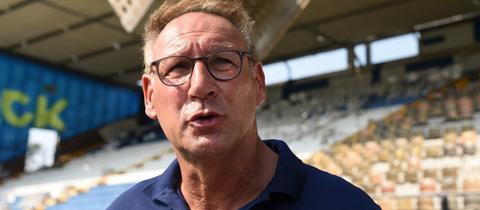Foto von Rüdiger Fritsch (Darmstadt 98), wie er in einem Stadion steht.