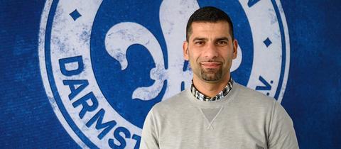 Dimitrios Grammozis vor dem Emblem der Lilien