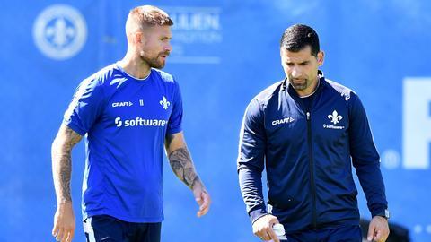 Tobias Kempe und Dimitrios Grammozis auf dem Trainingsplatz.