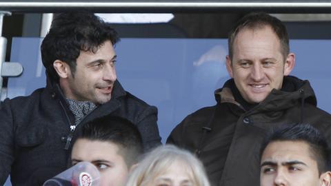 Fabrizio Hayer und Torsten Lieberknecht sitzen 2011 als Zuschauer auf der Tribüne beim SV Wehen Wiesbaden.