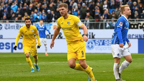 Fabian Klos feiert seinen zweiten Treffer gegen Darmstadt