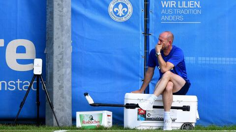 Lilien-Trainer Torsten Lieberknecht grübelt