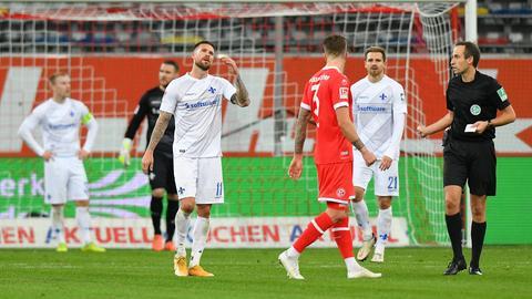 Den Lilien-Spieler steht nach dem Tor zum 3:2 für Düsseldorf die Enttäuschung ins Gesicht geschrieben.
