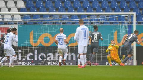 Terodde bejubelt sein Tor zum 1:0. Die Darmstäder Spieler schauen geknickt.