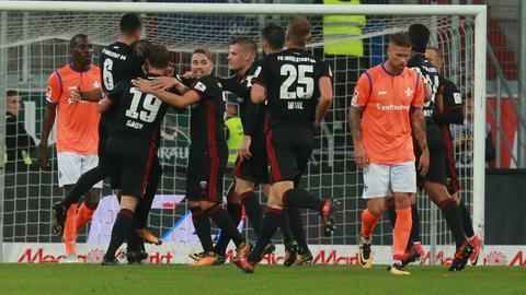 Ingolstadt bejubelt das 1:0, Kempe trottet davon.