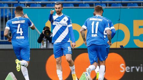 Torschütze Serdar Dursun jubelt mit Vorlagengeber Victor Palsson