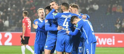 Die Darmstädter jubeln nach dem 1:0-Treffer in Hannover