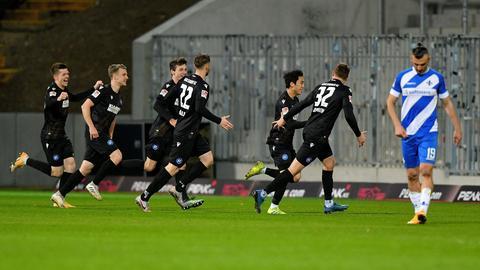 Die Karlsruher Spieler bejubeln das 1:0 durch Choi