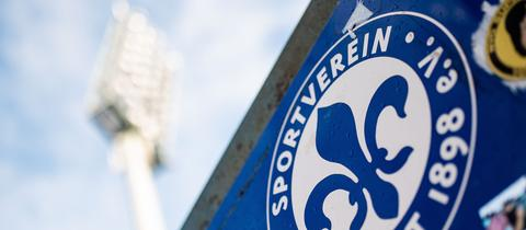 Das Logo der Lilien im Stadion