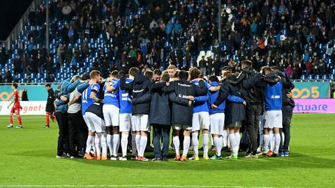Die Spieler von Darmstadt 98 feiern den Sieg gegen Düsseldorf