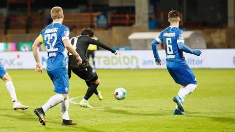 Der Karlsruher Choi schießt das 1:0 gegen Darmstadt 98