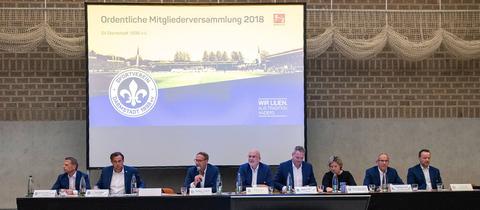 Das Präsidium des SV Darmstadt 98 bei der Mitgliederversammlung