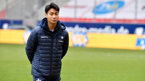 Seung-ho Paik in einer Jacke mit Lilien-Emblem