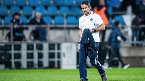 Dirk Schuster läuft gesenkten Blickes über den Rasen