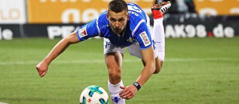 Artur Sobiech hechtet nach dem Ball