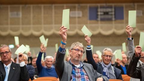 Die SV98-Mitglieder stimmen per Handzeichen über das Präsidium ab.