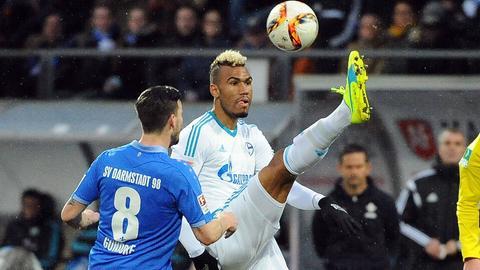 Szene aus dem Vorjahr: Darmstadts Jerome Gondorf im Duell mit dem Schalker Eric Maxim Choupo-Moting.