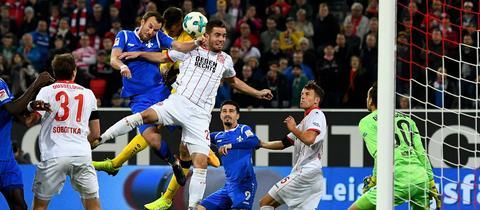 Die letzte Szene des Spiels: Kevin Großkreutz und Joel Mall bugsieren den Ball über die Querlatte des Düsseldorfer Tors.