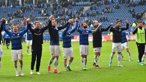 Die Darmstädter Spieler lassen sich nach dem Sieg beim HSV von den mitgereisten Fans feiern.