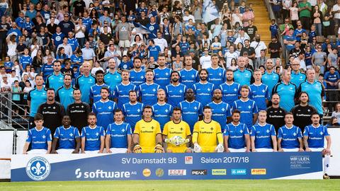 Eine Einheit: Darmstadt 98 nimmt die Fans mit aufs offizielle Mannschaftsfoto.