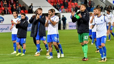 Die Lilien applaudieren den mitgereisten Darmstädter Fans nach dem 2:2 in Heidenheim.