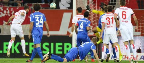 Kopfball des Düsseldorfers Emir Kujovic gegen Darmstadt