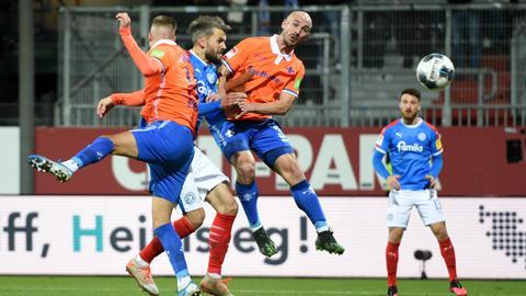 Kiels Stefan Thesker (M) trifft zur Führung gegen Darmstadt.