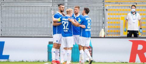Die Spieler des SV Darmstadt 98 haben den Aufstieg noch nicht abgehakt.