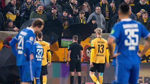 VAR-Einsatz beim Darmstadt-Spiel in Dresden