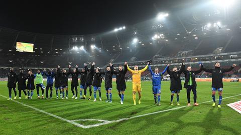 Die Spieler von Darmstadt 98 feiern den Auswärtssieg in Hannover.