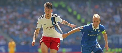 Fabian Holland vom SV Darmstadt 98 und Adrian Fein