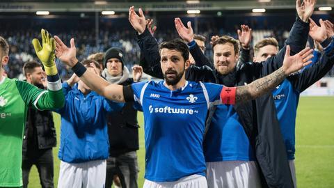 Die Spieler des SV98 feiern nach dem 1:0-Erfolg über Düsseldorf gemeinsam mit den Fans.