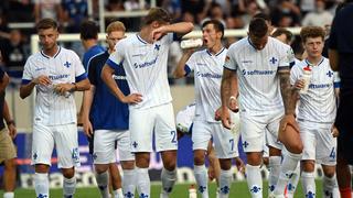 Die Spieler von Darmstadt 98 verlassen nach der Niederlage in Karlsruhe enttäuscht den Platz.