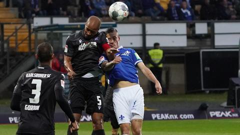 Der SV Darmstadt 98 und KSC lieferten sich einen harten Fight.