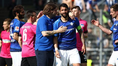 Lilien-Trainer Torsten Frings redet nach dem letzten Heimspiel auf Kapitän Aytac Sulu ein.