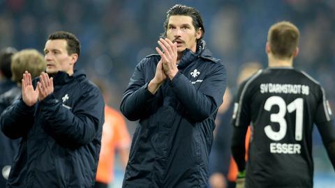 Artem Fedetskyy (li.) und Dominik Stroh-Engel applaudieren den mitgereisten Fans auf Schalke.