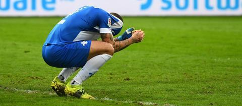 Enttäuschung bei Victor Palsson von Darmstadt 98 nach dem Spiel gegen Nürnberg