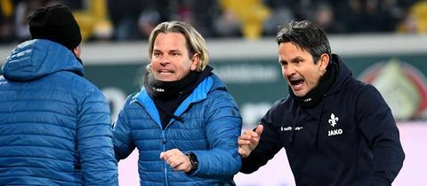 Lilien-Coach Dirk Schuster jubelt mit seinem Trainerteam.
