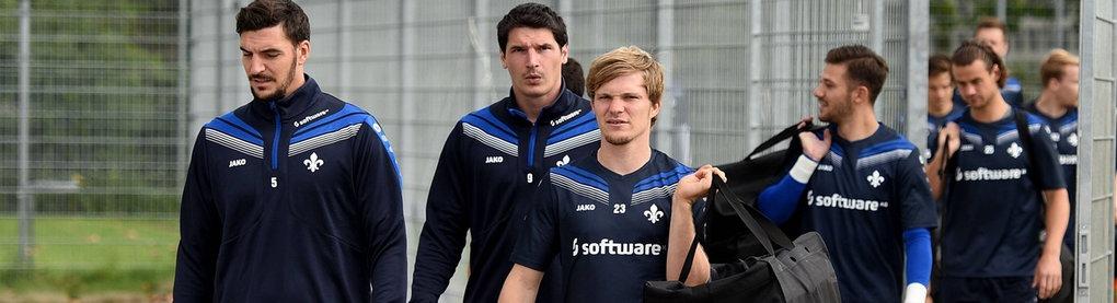 Das Team von Darmstadt 98 kommt aufs Trainingsgelände.