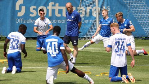 Torsten Lieberknecht leitet sein erstes Training in Darmstadt.