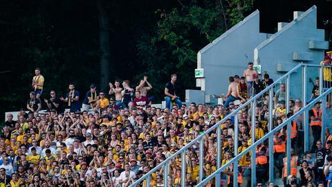 Blick in den Dresdner Fanblock, wo einige Fans unerlaubt auf den Mauern saßen.