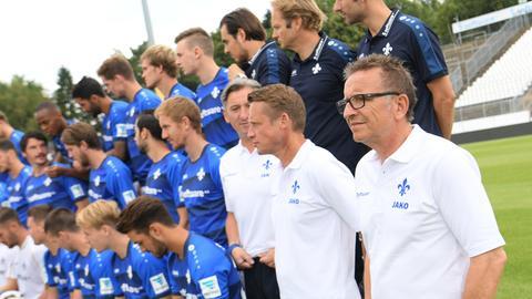 Norbert Meier und Darmstadt beim Mannschaftsfoto