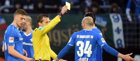 Konstantin Rausch sieht die Gelbe Karte.