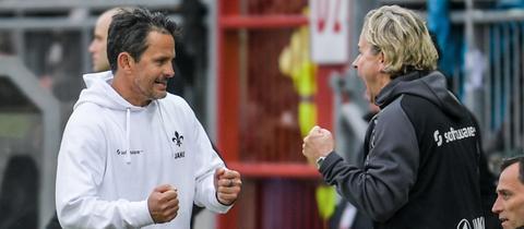 Dirk Schuster und Co-Trainer Sascha Franz ballen die Fäuste - Darmstadt kann noch gewinnen.