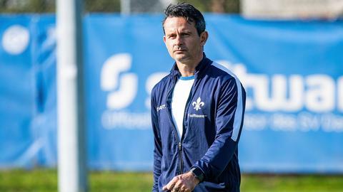 Darmstadt-Trainer Dirk Schuster will in der Krise vorangehen.