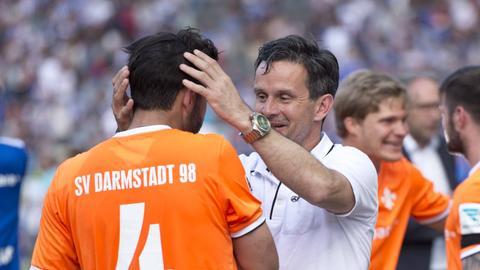 Darmstadts Trainer Schuster herzt Kapitän Sulu